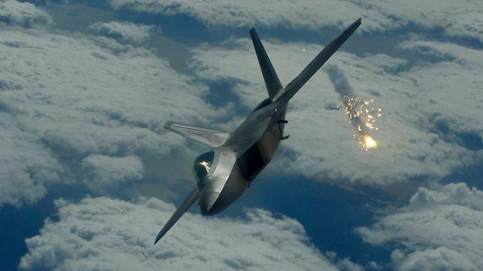 """Im Bild ein Stealth-Jagdbomber vom Typ F-22 """"Raptor""""."""