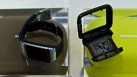 Die Ladestation klemmt man um das Gehäuse der Smartwatch.