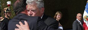 Gauck und Hollande umarmen sich in Oradour-Sur-Glane.