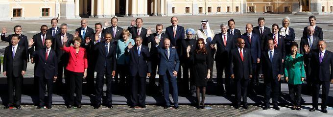 Gruppenfoto der Entscheidungsträger: Die deutsche Regierungschefin (im türkisen Blazer) steht mittendrin.