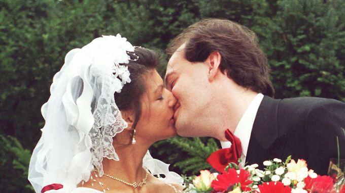 Wagenknecht und Niemeyer bei ihrer Hochzeit am 5. Mai 1997 in Weimar. Der 5. Mai ist auch Geburtstag von Karl Marx.