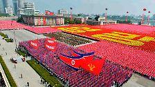 Die nordkoreanischen Streitkräfte halten am 65. Jahrestag der Staatsgründung in der Hauptstadt Pjöngjang eine große Militärparade ab.