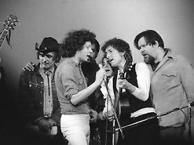 Bob Dylan (2.v.r.) mit u.a. Dennis Hopper (l) 1974 im Madison Square Garden in New York.