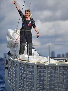 Crewmitglied Jo Royle winkt den Schaulustigen im Hafen von Sydney.
