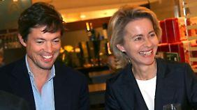 Bundesarbeitsministerin Ursula von der Leyen (CDU) mit Nicolas Berggruen (l) kurz vor dessen Übernahme des Konzerns 2010.