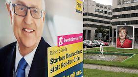 Mit einer neuen Plakataktion wirbt die FDP auf großflächigen Plakaten mit Spitzenkandidat Rainer Brüderle in der Innenstadt von Berlin um die Zweitstimme nach der Niederlage bei den Landtagswahlen in Bayern.