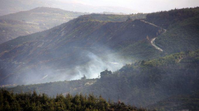 Über der Absturzstelle des Helikopters steigen dicke Rauchschwaden auf.
