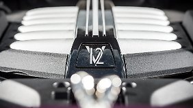 Der durch zwei Turbos beatmete 6,6-Liter-V12 agiert flüsterleise und entwickelt allein gegen Drehzahlende ein murmelndes Timbre.