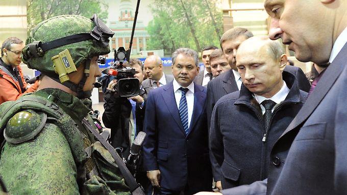 Putin bei einem Besuch im Kalaschnikow-Konzern.