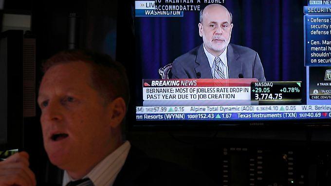 Ben Bernanke (r) gefällt noch nicht, was er sieht. Die Wirtschaftserholung kommt nur mühsam voran.