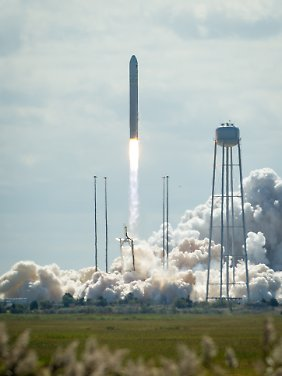 "The Antares rocket "" "" starts with the transporter "" "" Cygnus aboard the ISS direction."