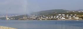 Eine Raffinerie eines Mineralöl- und Gas-Konzerns am Eingang der Bucht von Bakar bei Rijeka, Kroatien.