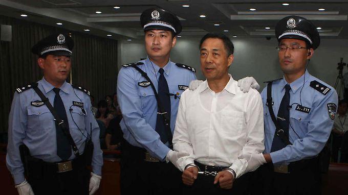 Nach dem Urteil werden Bo Handschellen angelegt, Beamte führen ihn ab.