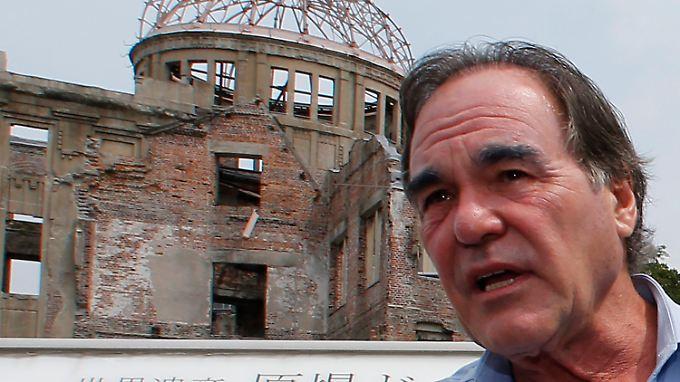 """Oliver Stone vor der """"Atombombenkuppel"""" in Hiroshima. Stone und sein Co-Autor Peter Kuznick trafen sich dort im August mit Überlebenden."""