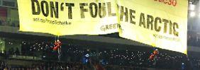 UEFA-Untersuchungen nach Protestaktion: Greenpeace entrollt Banner bei Schalke-Spiel