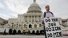 """""""Macht euren Job, damit ich meinen machen kann"""", fordert beispielsweise ein Mann verzweifelt vor dem Kapitol, dem Sitz des US-Kongresses."""