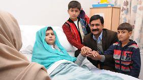Nach dem Attentat wurde Malala, hier mit ihrer Familie, in Krankenhäusern in Pakistan und England behandelt.