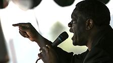 Weit oben auf der Liste möglicher Preisträger steht in diesem Jahr auch der kongolesische Arzt Dennis Mukwege, der in seiner Heimat Frauen behandelt, die im Bürgerkrieg sexuell vergewaltigt wurden. Er setzt sich außerdem dafür ein, dass die Vergewaltiger vor Gericht kommen. Seine Gegner versuchten, ihn im vergangenen Jahr zu ermorden, dabei starb einer seiner Mitarbeiter.