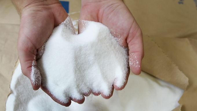 Ein Haufen Zucker: Süß mögen es viele Menschen, aber auf die unangenehmen Nebenwirkungen - leere Kalorien, Karies - würde man gern verzichten.