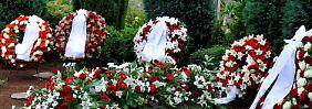 Kränze am Grab von Theo Albrecht.
