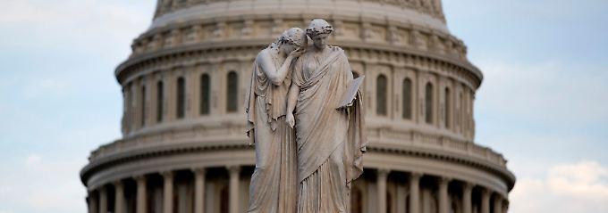 """""""Trauer und Geschichte"""": Statuen vor dem Kapitol."""