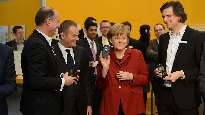 Angela Merkel hielt bei der CeBIT 2013 brav ein Blackberry Z 10 von Secusmart in die Kameras.