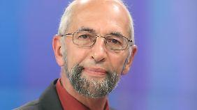 Erich Schmidt-Eenboom ist Verfasser zahlreicher Bücher über Geheimdienste und Leiter des Forschungsinstituts für Friedenspolitik.
