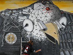 """""""Surveillance of the fittest"""" - """"Überwachung der Tauglichsten"""" heißt dieses Wandgemälde in Köln."""