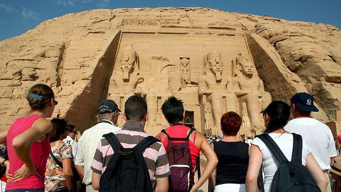 """Ein Bild aus besseren Zeiten: Touristen besichtigen den Tempel von Ramses II., auch bekannt als """"großer Tempel"""" der Tempel-Anlage in Abu Simbel."""