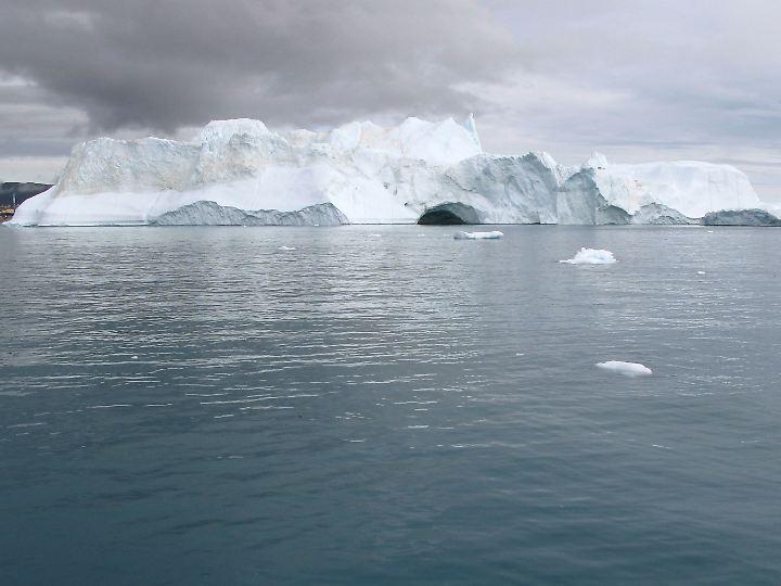 Eisberge treiben im Eisfjord von Ilulissat in Grönland.