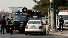 Ein rätselhafter Vorfall auf dem zentralen Tiananmen-Platz sorgt für Anspannung in Peking. Einen Tag, nachdem ein Auto vor der Verbotenen Stadt in eine Menschenmenge gerast war, fahnden die Behörden nach mehreren Männern mit uigurischen Nachnamen aus der Unruheprovinz Xinjiang.