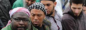 Denis Cuspert (2.v.l.) beim Gebet in Bonn. Dort war es 2012 zu Ausschreitungen von Salafisten gekommen.