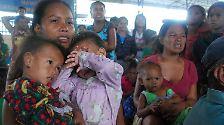 Andere harren in Notunterkünften aus, wie diese Bewohner in einem Gymnasium in Cebu.