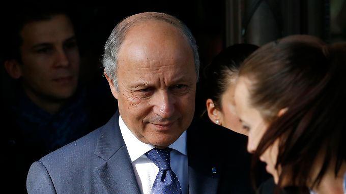 Laurent Fabius verlässt das Genfer Hotel, in dem zuvor verhandelt worden war. In zehn Tagen geht das Tauziehen weiter.