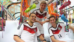 Wie kommt das neue Trikot an?: Draxler und Müller auf Tuchfühlung mit den Fans