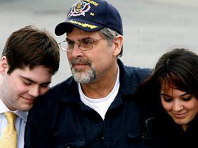 Nach seiner Befreiung 2009 schloss er seine Kinder in die Arme.