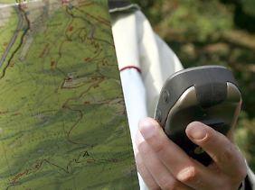 Wanderer mit Karte und GPS-Gerät.