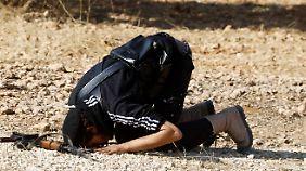 Ein islamistischer Kämpfer, der sich der Freien Syrischen Armee angeschlossen hat, betet im Adidas-Shirt gen Mekka.