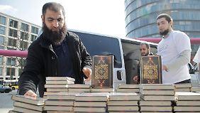 Salafisten verteilen im Frühjahr 2012 kostenlose Korane in Berlin. Die Aktion brachte den Gruppen enorme mediale Aufmerksamkeit ein.