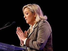 Marine Le Pen macht kräftig Stimmung gegen die Regierung.