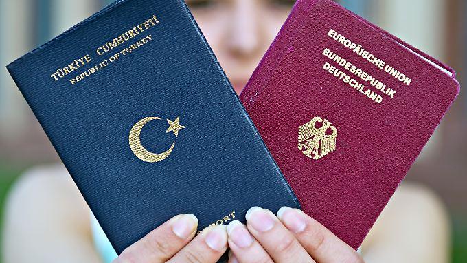 Einige SPD-Politiker halten es für problematisch, neben der Geburt auch das Aufwachsen in Deutschland zur Bedingung für eine doppelte Staatsbürgerschaft zu machen.