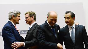 Erleichterung nach der Einigung: US-Außenminister Kerry und Westerwelle beglückwünschen sich.