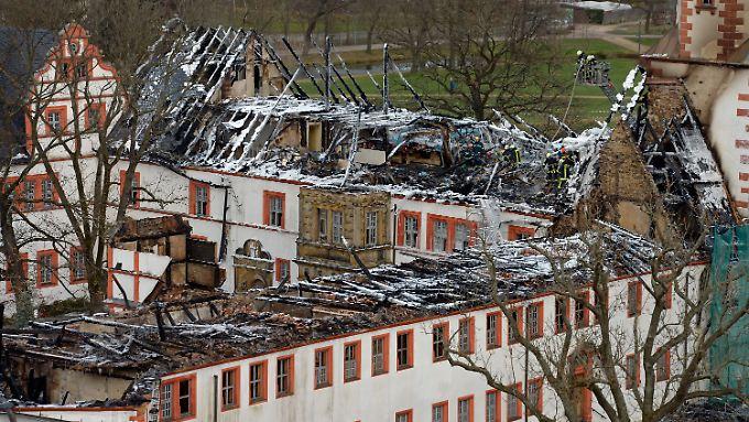 Der halbe Dachstuhl des Schlosses wurde durch das Feuer zerstört. Herunterlaufendes Löschwasser zerstörte die örtliche Stadtbibliothek.