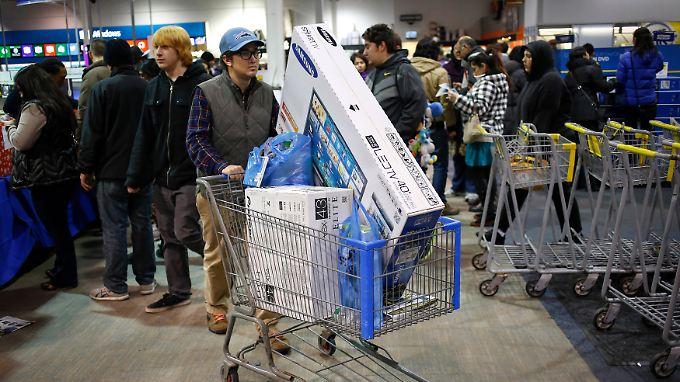 """Am """"Black Friday"""" plündern die Kunden die Elektromärkte."""