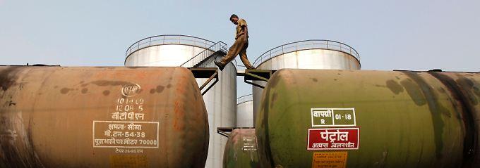 Vom Tank in den Zug: Verladearbeiten in einem Terminal im westbengalischen Kalkutta.