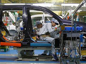 Nebeneffekt in einer weltweit vernetzten Branche: Wenn in Japan die Lohnkosten steigen, verlieren die großen Autobauer des Landes entsprechende Wettbewerbsvorteile.