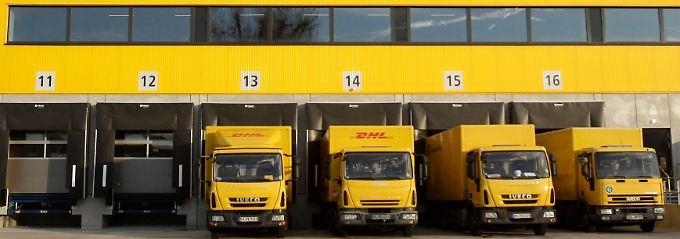 Transportintensives Geschäftsmodell: Mit Frachtfliegern, Lkw und Fahrrädern transportieren Postboten Briefsendungen von Aachen bis zur Zugspitze.