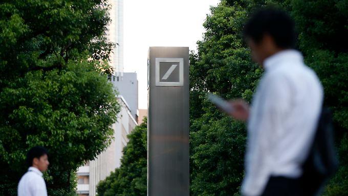 Das Logo der Deutschen Bank in der japanischen Hauptstadt.
