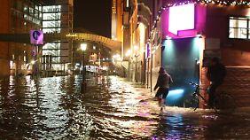 """Am Abend bekamen Passanten am Hamburger Fischmarkt """"nur"""" nasse Füße. Am Morgen sollen die Pegelstände in Hamburg allerdings auf bis zu 5,80 Meter ansteigen."""