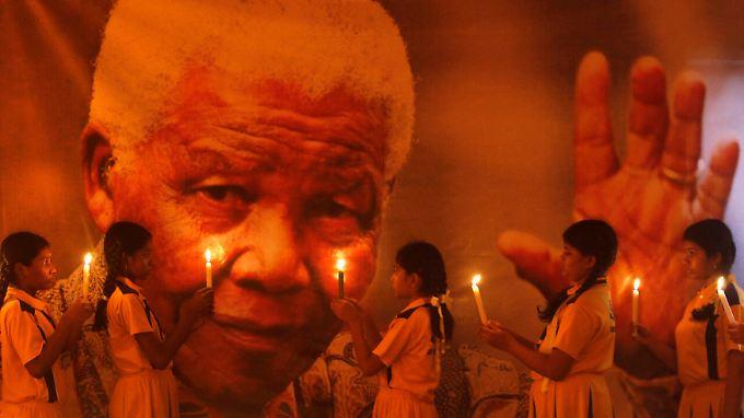 Südafrikanische Schulkinder beten für Mandela.